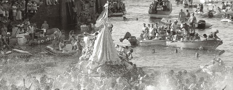 Embarcación de la Virgen en blanco y negro